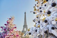 用雪盖的圣诞树在埃佛尔铁塔附近在巴黎 图库摄影