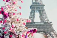 用雪盖的圣诞树在埃佛尔铁塔附近在巴黎 免版税库存照片