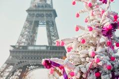 用雪盖的圣诞树在埃佛尔铁塔附近在巴黎 免版税图库摄影