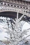 用雪盖的圣诞树在埃佛尔铁塔附近 免版税图库摄影
