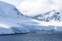 用雪盖的小山在南极洲 库存图片