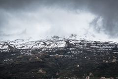 用雪盖的山的美好的捕获 免版税库存图片
