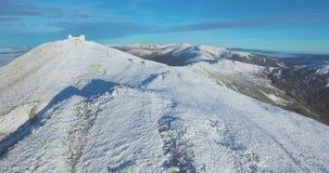 用雪盖的山 寄生虫飞行,摄制山 股票录像