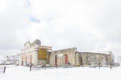 用雪盖的教会山 库存图片
