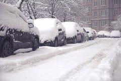 用雪盖的机器,冬天暴风雪 免版税库存照片