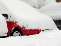 用雪盖的汽车 库存照片