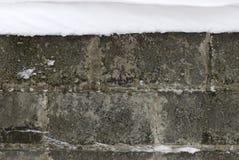 用雪盖的混凝土墙 免版税图库摄影