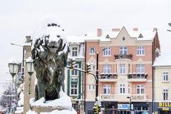 用雪盖的狮子雕象 免版税图库摄影