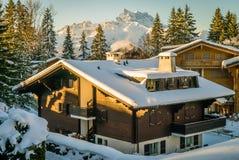 用雪盖的瑞士山中的牧人小屋 免版税库存照片