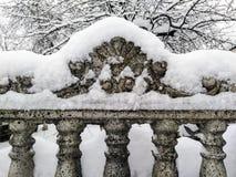 用雪盖的老篱芭 库存图片