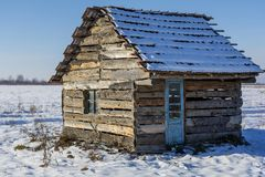 用雪盖的老被放弃的农厂房子风景在一个冷淡的冬天 库存照片