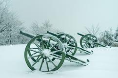 用雪盖的老金属大炮 图库摄影