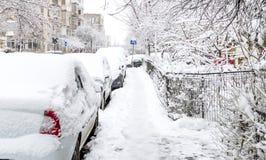 用雪盖的街道在风暴以后 免版税库存图片