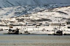 用雪盖的议院在Severo-Kurilsk俄国镇千岛群岛的 图库摄影