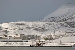 用雪盖的议院在Severo-Kurilsk俄国镇千岛群岛的 免版税库存图片