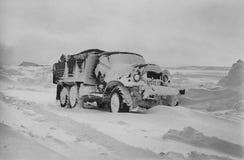 用雪盖的远征卡车在寒带草原 免版税库存照片