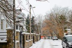 用雪盖的镇街道 免版税库存照片