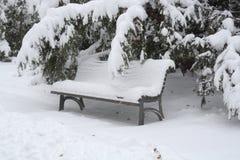 用雪盖的长凳在索非亚, 2014年12月29日 图库摄影