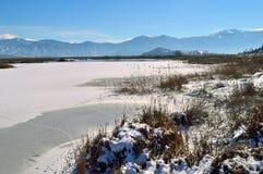 用雪盖的Winter湖 库存图片
