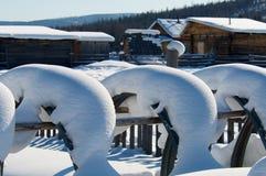 用雪篱芭盖在村庄 库存图片