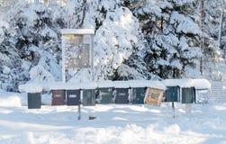 用雪连续盖的许多岗位箱子 免版税库存图片