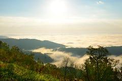 用雾和云彩盖的美丽的小山 免版税图库摄影