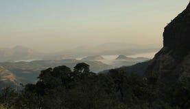 用雾盖的美丽的山 库存图片