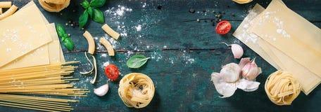 用面团、健康或者素食主义者概念的不同的类型的意大利食物背景 免版税库存图片