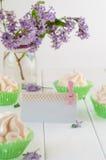 用鞋带磁带装饰的空的卡片在蛋白甜饼蛋糕和bouqu附近 图库摄影