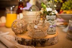 用鞋带装饰的设计师瓶子和与一个按钮的一条绳索婚礼庆祝的 手工制造 特写镜头 免版税库存照片