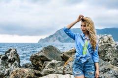 用韦尔纳扎Cinque terre意大利语里维埃拉的旅游女孩 海和山景 Cinqueterre利古里亚 免版税库存照片