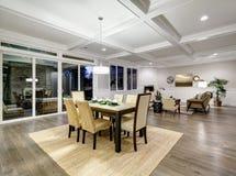 用餐与coffered cealing的可爱的工匠样式空间 免版税库存图片