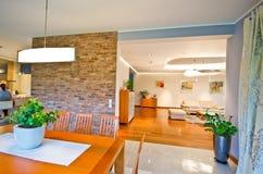 用餐典雅的现代空间 免版税库存图片