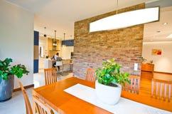 用餐典雅的现代空间 免版税库存照片