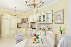 用餐内部厨房空间样式的经典之作 免版税库存照片