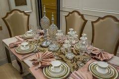 用餐别墅的现代豪华内部家庭桌装饰设计 免版税库存图片