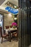 用餐别墅的现代豪华内部家庭设计装饰 库存照片