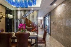 用餐别墅的现代豪华内部家庭设计 免版税库存照片