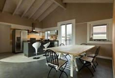 用餐厨房用桌视图 免版税库存照片