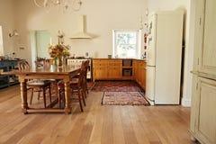 用餐和厨房区域在一个乡村模式的家 库存照片