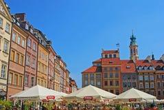 用餐在夏时的普遍的Al壁画在华沙老城市场 免版税库存照片