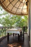 用餐在大阳台 免版税库存图片