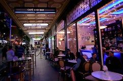 用餐在女王/王后街道上的人们咖啡馆在奥克兰,新的Zealan 图库摄影