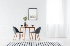 用餐在最低纲领派内部的家具 免版税库存图片
