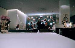 用餐在豪华Freixa Tradicio巴塞罗那的西班牙人民 库存照片