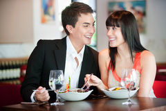 用餐在餐馆的夫妇 免版税图库摄影
