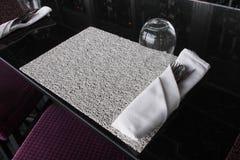 用餐在黑大理石桌上的Whte集合 免版税库存照片