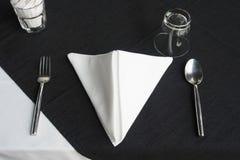 用餐在黑白桌上的餐馆集合 免版税图库摄影
