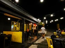 用餐在Mixwell车库餐馆,Sungai Tangkas,Kajang的顾客 免版税库存图片