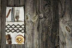 用餐巾装饰的金属器物 库存照片